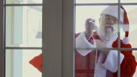 Santa Claus, die im Fenster klopft stock footage