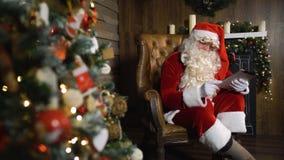 Santa Claus die met iPad werken stock footage