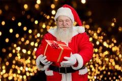 Santa Claus die mooie giftdoos aanbieden Stock Afbeeldingen
