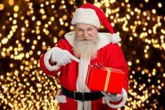 Santa Claus die mooie rode doos houden Stock Afbeeldingen