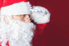 Santa Claus, die nach etwas sucht Stockbild