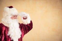 Santa Claus, die nach vorn schaut Lizenzfreie Stockfotografie