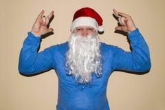 Santa Claus die op een lichte achtergrond dansen Hij viert Kerstmis na het harde werk royalty-vrije stock afbeelding