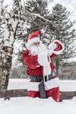 Santa Claus die op horloge kijken royalty-vrije stock afbeeldingen