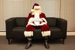 Santa Claus die op Kerstmisbaan wachten Royalty-vrije Stock Afbeelding