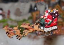Santa Claus die op zijn ar vliegen Stock Foto's