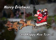 Santa Claus die op zijn ar vliegen Stock Foto