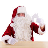 Santa Claus, die Papierhaus hält Lizenzfreies Stockfoto