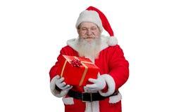 Santa Claus die rode doos met heden houden Stock Afbeeldingen