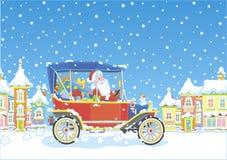 Santa Claus, die sein Auto mit Geschenken fährt lizenzfreie stockfotos