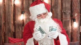 Santa Claus, die sein Geld zählt und verschwindenen Trick des Geldes zeigt lizenzfreie stockfotografie