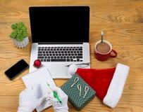 Santa Claus, die seine Geschenkliste vor dem Weihnachtsfeiertag beginnt Lizenzfreie Stockbilder