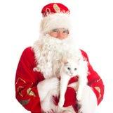 Santa Claus, die weiße Katze hält Lizenzfreies Stockfoto
