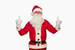 Santa Claus dirigeant le signe avec le sourire, d'isolement sur le backgrou blanc Images stock