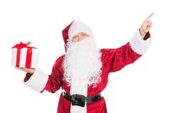 Santa Claus divertente anziana che indica con il dito su spazio vuoto. Immagini Stock Libere da Diritti