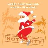 Santa Claus divertente che balla la torsione su un partito caldo Fotografie Stock Libere da Diritti