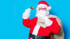 Santa Claus divertente ha un divertimento con la campana Fotografia Stock Libera da Diritti