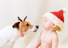 Santa Claus divertentesi incontra la renna divertente Concetto per 2018 anni di cane giallo della terra Immagini Stock