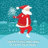 Santa Claus divertida con las bengalas que bailan la torsión, tarjeta de Navidad Imagen de archivo