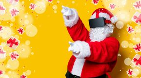 Santa Claus divertida tiene una alegría con los vidrios de VR Fotografía de archivo