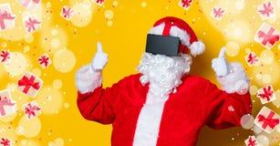 Santa Claus divertida tiene una alegría con los vidrios de VR Imágenes de archivo libres de regalías