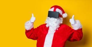 Santa Claus divertida tiene una alegría con los vidrios de VR Fotografía de archivo libre de regalías