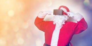 Santa Claus divertida tiene una alegría con los vidrios de VR Fotos de archivo libres de regalías