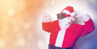 Santa Claus divertida tiene una alegría con los vidrios de VR Imagen de archivo