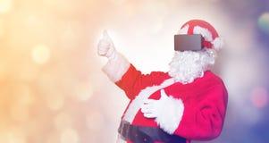 Santa Claus divertida tiene una alegría con los vidrios de VR Foto de archivo