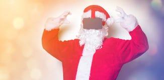 Santa Claus divertida tiene una alegría con los vidrios de VR Imagenes de archivo