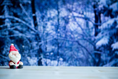 Santa Claus docka i husbakgrund Färgrikt julsymbol Använda som tapeten eller bakgrunder Ordna till för glad jul eller slump Arkivbilder