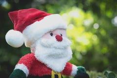 Santa Claus docka i juldag på naturbakgrund Arkivfoton