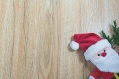 Santa Claus docka i juldag på träbakgrund Arkivbild