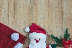 Santa Claus docka med Santa Claus den röda hatten i juldag Royaltyfri Fotografi