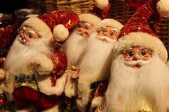 Santa Claus Dolls - comercialización de la Navidad fotografía de archivo libre de regalías