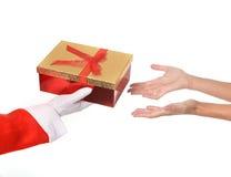 Santa Claus donnant le cadeau de Noël à la femme Photographie stock libre de droits
