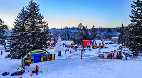 Santa Claus-` Dorf, Val-David, Quebec, Kanada - 1. Januar 2017: Schneeschlauchdia in Santa Claus-Dorf im Winter Stockfotos