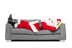 Santa Claus dormant sur un sofa moderne Photo libre de droits