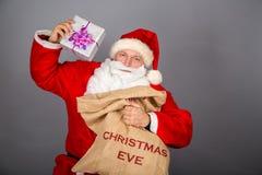 Santa Claus drôle ont un amusement Photographie stock libre de droits