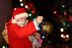 Santa Claus drôle ont un amusement Photographie stock