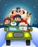 Santa Claus Driving en grön bil tillsammans med ren, snögubben, barn och fullmånen Royaltyfria Foton
