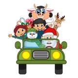 Santa Claus Driving en grön bil tillsammans med renen, snögubbe och kommer med många gåvavektorillustrationen Arkivfoto