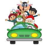 Santa Claus Driving en grön bil tillsammans med renen, snögubbe och kommer med många gåvavektorillustrationen Royaltyfri Foto