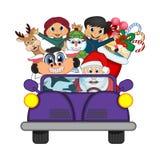 Santa Claus Driving en purpurfärgad bil tillsammans med renen, snögubbe och kommer med många gåvavektorillustrationen Royaltyfria Foton
