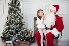 Santa Claus e bambino a casa Regalo di Natale Concetto di festa della famiglia Fotografia Stock Libera da Diritti