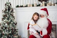 Santa Claus e bambino a casa Regalo di Natale Concetto di festa della famiglia Immagine Stock Libera da Diritti
