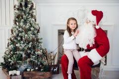 Santa Claus e bambino a casa Regalo di Natale Concetto di festa della famiglia Fotografie Stock Libere da Diritti