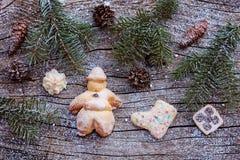 Santa Claus e biscotti della pasta Decorazione di Natale sul substrato di legno Fotografie Stock Libere da Diritti