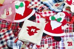Santa Claus e calze di Natale - decorazione di Natale Fotografia Stock Libera da Diritti