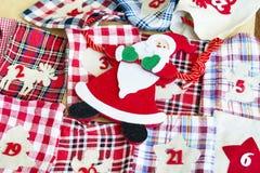 Santa Claus e calze di Natale per i regali - alto vicino Fotografia Stock Libera da Diritti